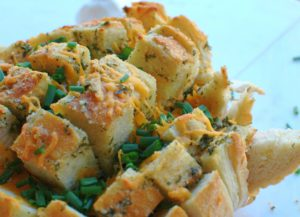 Garlic Cheddar Pull-Apart Bread || For the Love of Gourmet